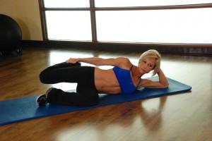 Растяжка мышц бедра лежа на боку, позиция 1