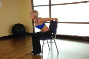 Растяжка дельт, сидя на стуле, позиция 0