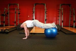 Подтягивание ног к груди на фитболе, позиция 0