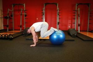 Подтягивание ног к груди на фитболе, позиция 1