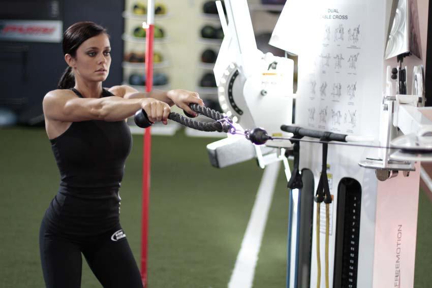 Упражнения и готовые программы тренировок рук для девушек в тренажерном зале