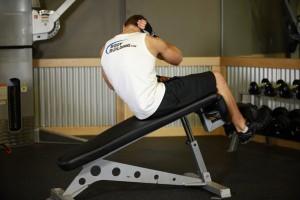 Косые скручивания на наклонной скамье, позиция 1