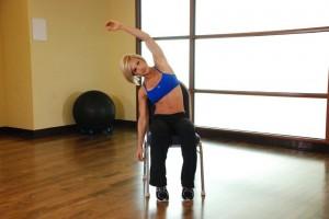 Растяжка широчайших мышц спины сидя, позиция 1