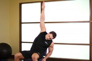Растяжка широчайших мышц спины сидя, позиция 0