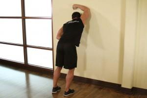 Растягивания широчайших мышц спины в упоре стоя, позиция 1