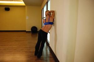 Растягивания широчайших мышц спины в упоре стоя, позиция 0