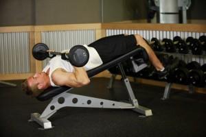 Комплексное упражнение на трицепс на наклонной скамье, позиция 1