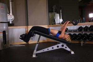 Комплексное упражнение на трицепс на наклонной скамье, позиция 0
