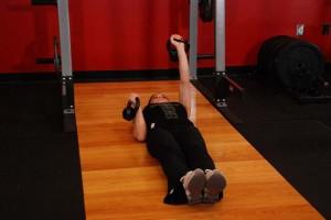 Поочередный жим гирь лежа на полу, позиция 2