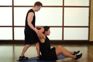 Растягивание грудных мышц заведением рук за голову, позиция 1