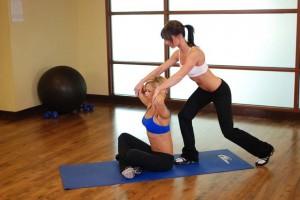 Растягивание грудных мышц заведением рук за голову, позиция 0