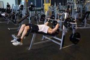 Жим штанги лежа на скамье с отрицательным наклоном, позиция 0