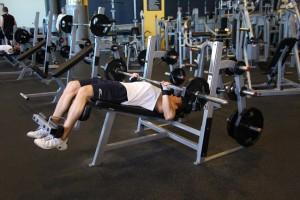 Жим штанги лежа на скамье с отрицательным наклоном, позиция 2