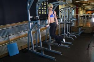 Отжимания на брусьях – вариант для проработки грудных мышц, позиция 0