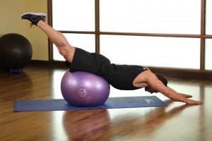 Растяжка грудных мышц лежа на фитболе, позиция 1