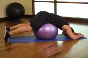 Растяжка грудных мышц лежа на фитболе, позиция 0