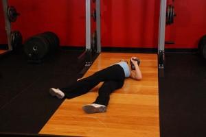 Жим гири лежа со скрещенными ногами, позиция 0
