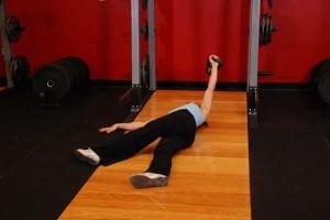 Жим гири лежа со скрещенными ногами, позиция 1