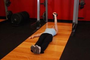 Жим гири одной рукой лежа на полу, позиция 1