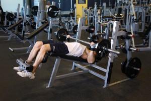 Жим штанги широким хватом лежа на скамье с отрицательным наклоном, позиция 1