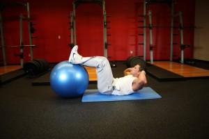 Скручивания с ногами на фитболе, позиция 1