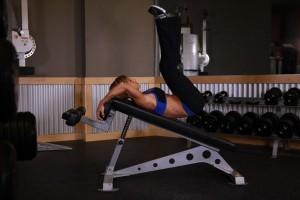 Подъем ног на наклонной скамье, позиция 1