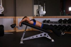 Подъем ног на наклонной скамье, позиция 0