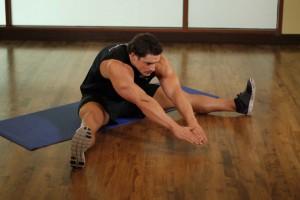 Растяжка мышц в положении сидя, позиция 1