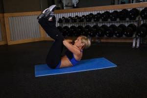 Скручивания с поднятыми ногами, позиция 1