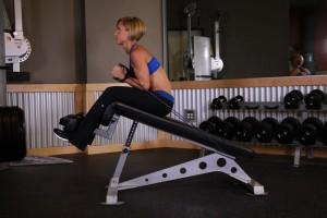 Подъем туловища на наклонной скамье с отягощением, позиция 1