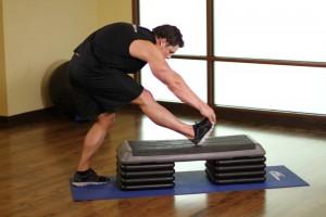 Растяжка икроножных мышц в положении стоя, позиция 1