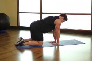 Растяжка предплечий стоя на коленях, позиция 0