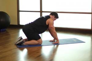 Растяжка предплечий стоя на коленях, позиция 1