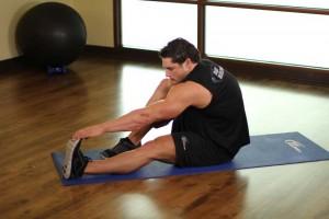 Растягивание икроножных мышц в положении сидя, позиция 1