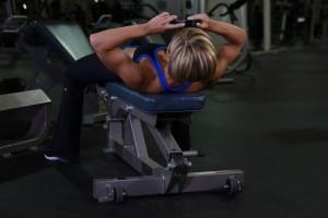 Поднятие диска, лежа головой вверх на скамье, позиция 1