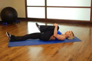 Растяжка ягодичных мышц (колено к груди), позиция 1