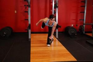 Становая тяга с гирей стоя на одной ноге, позиция 1