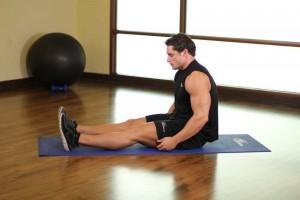 Растяжка мышц обхватывая бедра в положении сидя, позиция 0